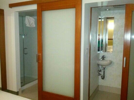 SpringHill Suites Miami Airport East/Medical Center: shower and toilet