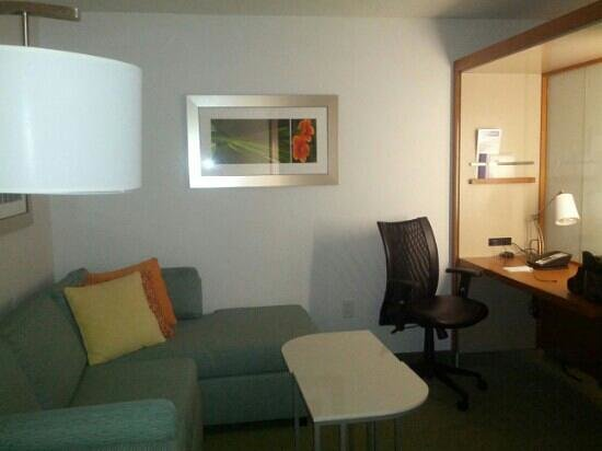 SpringHill Suites Miami Airport East/Medical Center: sofa and desk