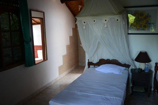 Geria Giri Shanti Bungalows: Zimmer mit großem Moskitonetz
