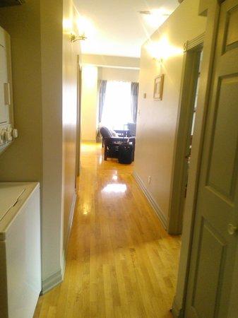 Habitation du Vieux Montreal : hallway w/ washer and dryer