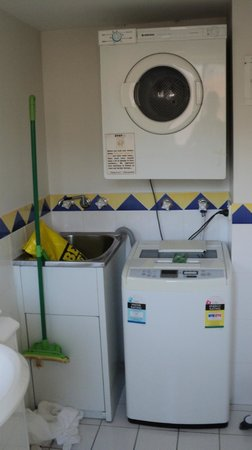 Karana Palms Resort: Laundry area.