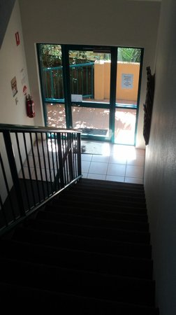 Karana Palms Resort: Stairway to side entrance