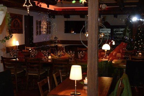 Bella Tola: Weihnachtlich gedeckter Tisch