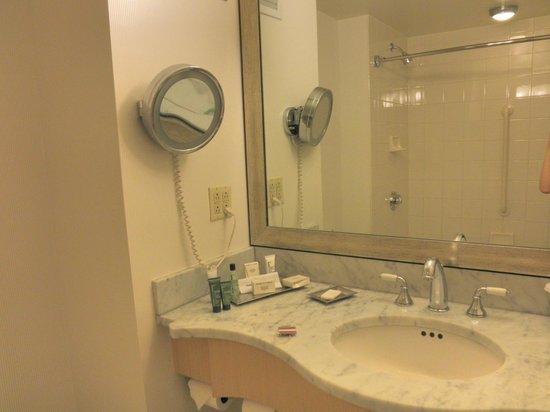 Hilton Times Square: 洗面所は明るく,お湯の出も良好.