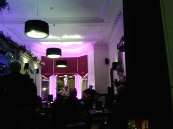 West End Hotel: Bar during live music on Friday night