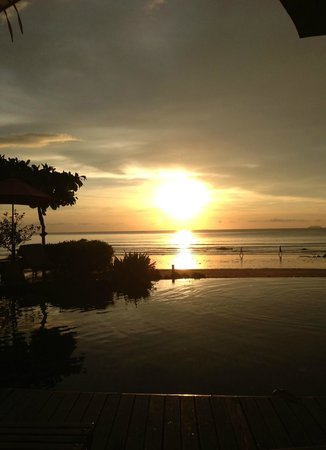 Maya Koh Lanta Resort: The pool at sunset