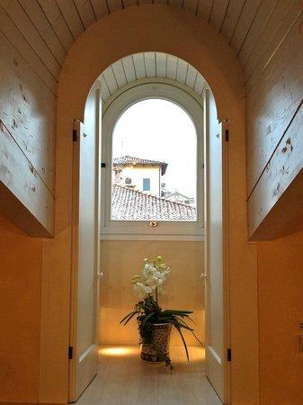 Art Hotel Novecento: FInestra della camera con mansarda