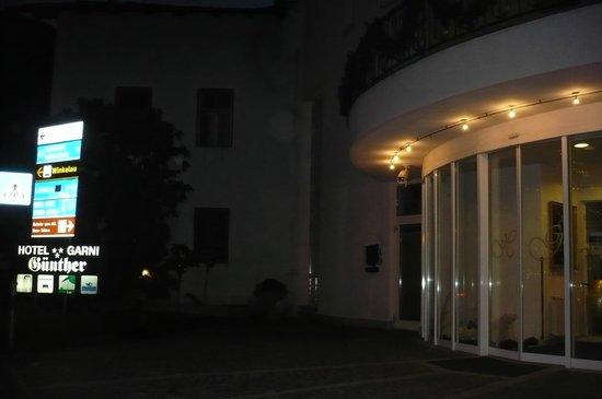 Hotel Garni Günther: hotel di sera...