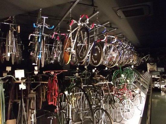 Bicycle Museum: 1階の展示の出番を待つ自転車群