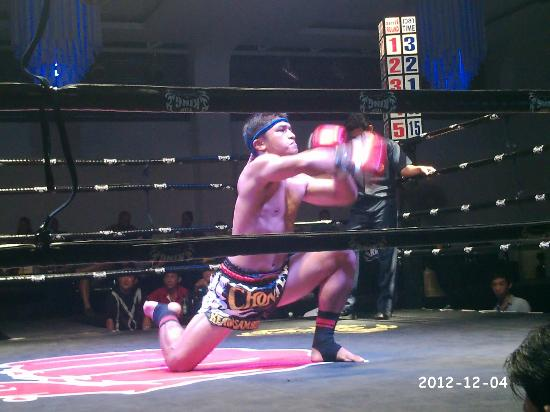 Chaweng Boxing Stadium: Fighter warming up