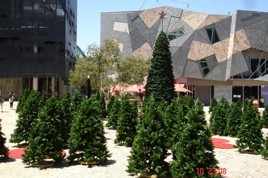 BEST WESTERN Atlantis Hotel: Federation Square, usually arty, not sure about the fake christmas trees