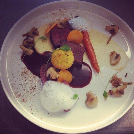 Flobecq, Bélgica: Hertenkalf, pastinaak, wortel, specerijenroom