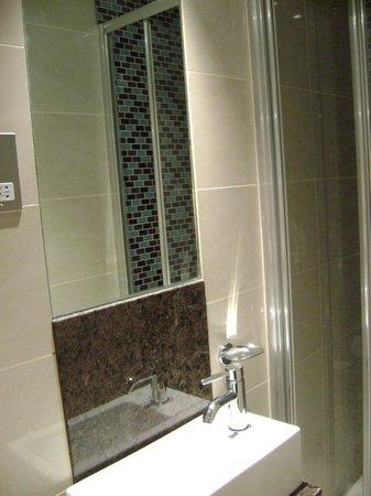 Sidney Hotel London-Victoria: одноместныйномер в отеле Sidney (санузел)