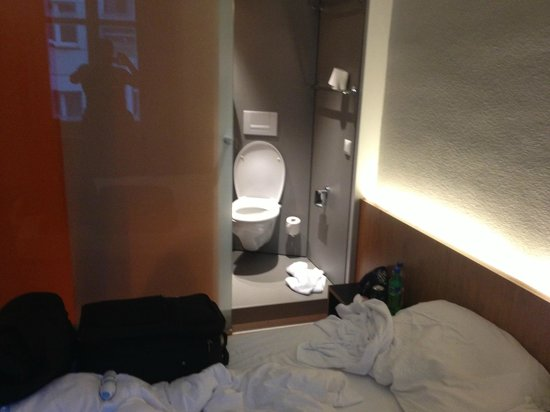 easyHotel Basel: the open plan toilet right next to bed