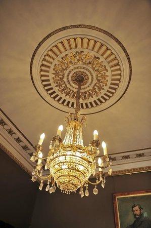 "كوامبي إيستيت: Beautiful lighting in the ""Brown"" Room "