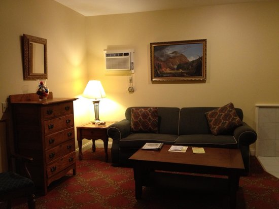 Kearsarge Inn: Seating area in room