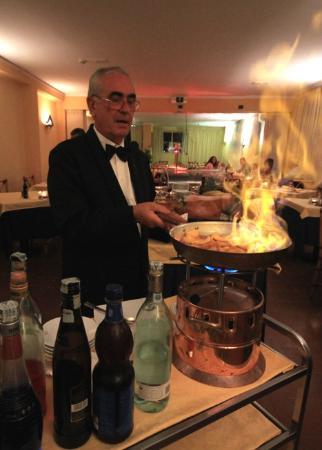 Raffaelli Park Hotel: Servizio Flamblè del Maitre Hotel per dolci ed antipasti