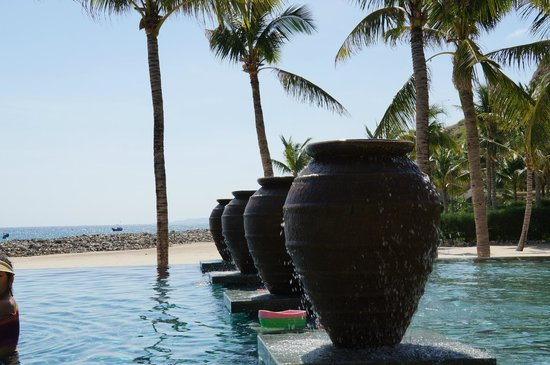 Mia Resort Nha Trang: Pool and beach