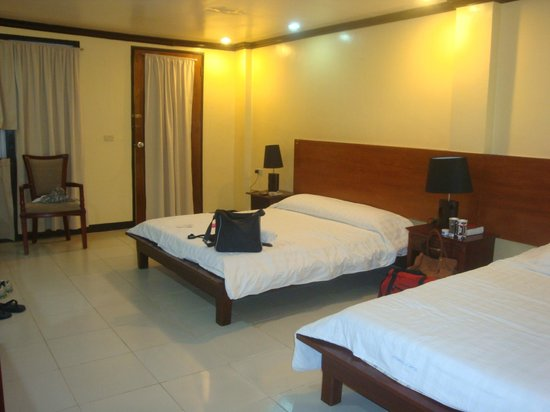 Boracay Peninsula Resort: clean room with 2 beds: 1 queen & 1 single sized beds