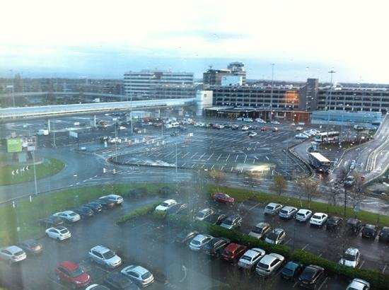 Radisson Blu Hotel, Manchester Airport: tunnel walkway from hotel to terminal 1 .. view from room