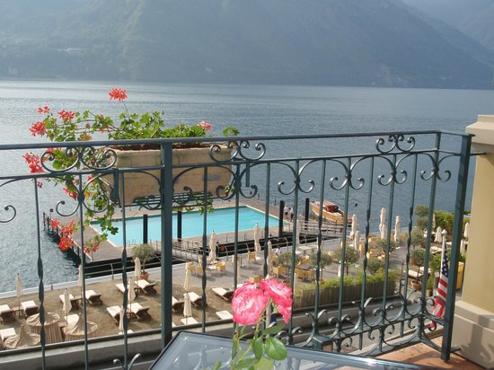 Grand Hotel Tremezzo: View of the floating pool from the hotel terrace