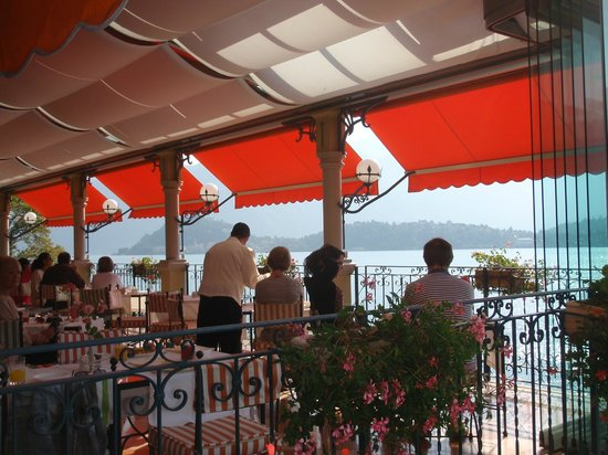 Grand Hotel Tremezzo : breakfast on the terrace overlooking the lake