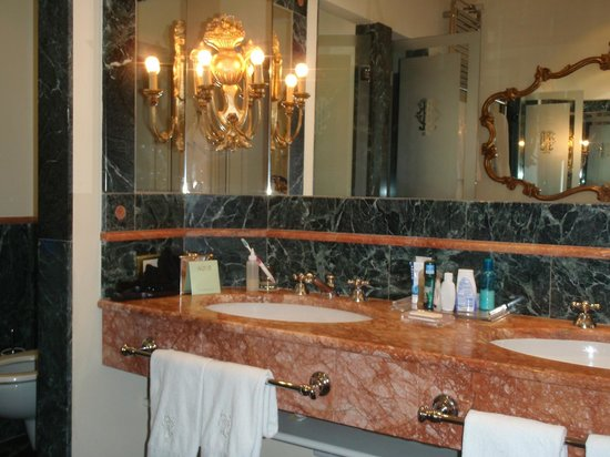 Grand Hotel Tremezzo : large marble bathroom