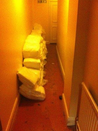 Quality Crown Hyde Park: Nödutrymningsväg i källaren - belamrad med handdukar och lakan