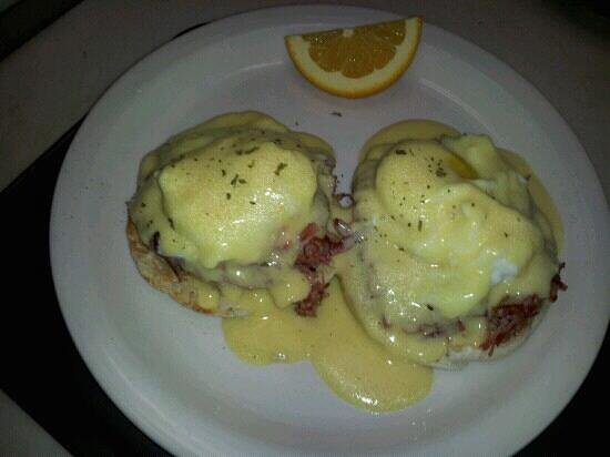 The Looking Glass Cafe: looking glass beny hemade cornd beef two eggs and hollandaise