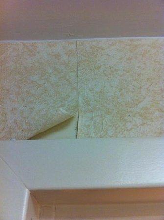 Hampton Inn & Suites Mooresville/Lake Norman: peeling wallpaper