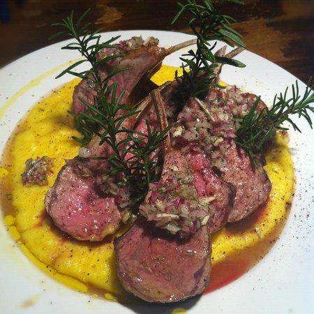 Arai Shoten: Cabrito asado con pure de papa.子羊のロースト粗粒黒胡椒風味、黄色いジャガイモのピューレ添えバルサミコソース。