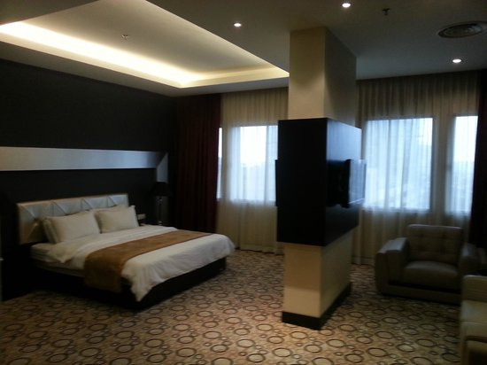 11@Century Hotel: spacious suite with 2 TV and king size bed