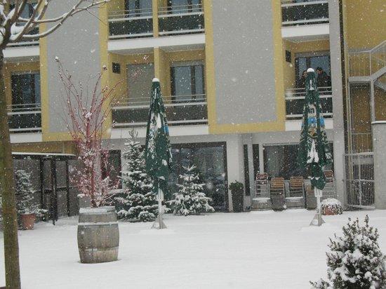 Hotel Raffl: Il retro dell'albergo con L'abero di natale che da sulla sala da pranzo