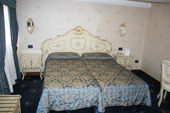 Hotel Montecarlo: habitacion estilo veneciano, muy cómoda.