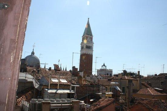 Hotel Montecarlo: esta es la vista desde la habitacion, se ve el duomo, el campanille