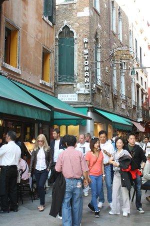 Hotel Montecarlo: Vista del cruce de la via Specchieri y la via Larga, a apenas 50m del hotel