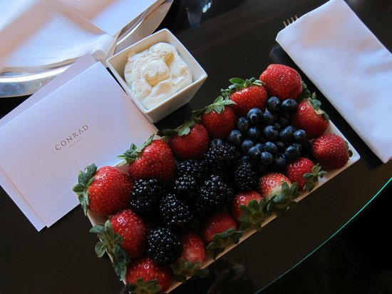 The Gwen, a Luxury Collection Hotel, Chicago: Healthy Berries Special Treat