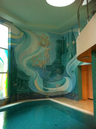 Hotel Promenada: Мозаичное панно на стенах бассейна стыкуется с витражами