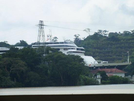 Restaurante Los Lagartos: ship go thru the Panama Canal