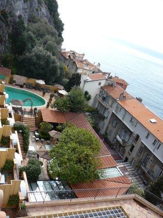 Hotel La Perouse: vue du jardin et de la piscine de l'hôtel (vu depuis la chambre)