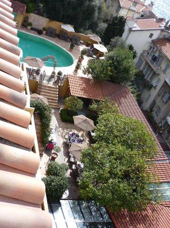 Hotel La Perouse: vue du jardin et de la piscine de l'hôtel (vue depuis la chambre)