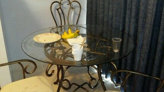 Highland Gardens Hotel: The dining table was cute. But the chair were uncomfortable and cold.