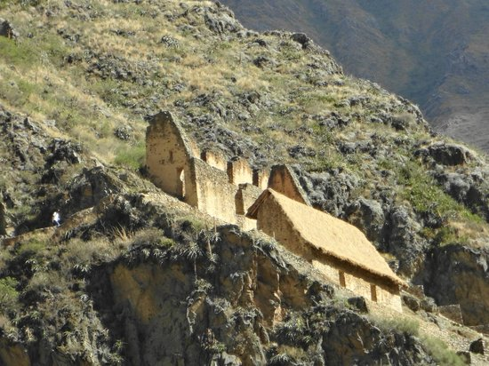 Templo de Ollantaytambo:                   food storage in the hills