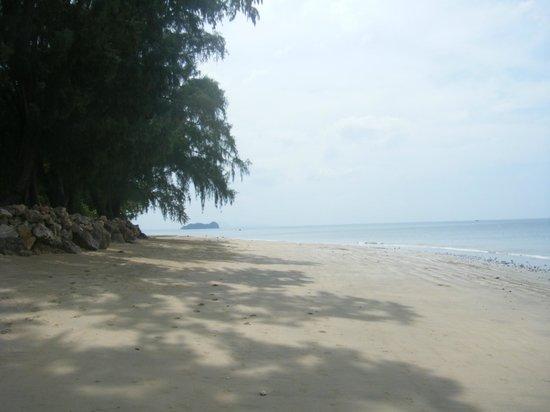 Koh Jum Beach Villas: Beach