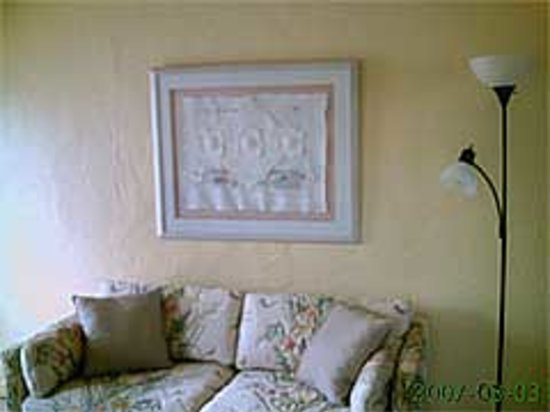 Gulf Side Motel : 2 bedroom couch in living room