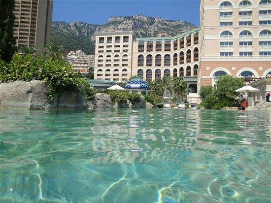 Monte-Carlo Bay & Resort: Hotel gezien vanuit het zwembad