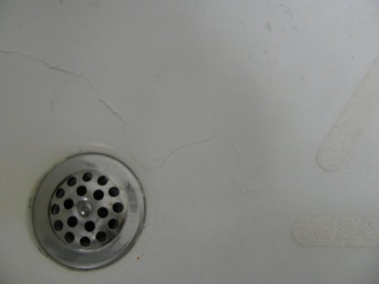 City Line Hotel: mold around tub