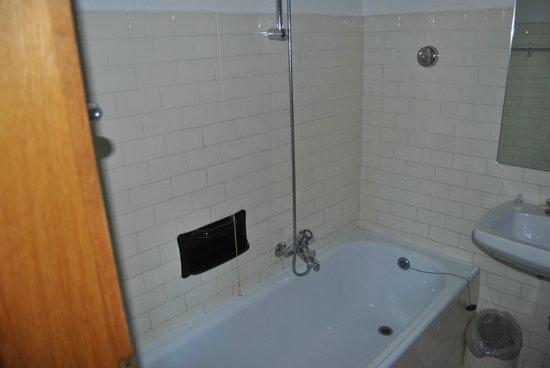 bagno piccolo, sicuramente da rimodernare - Picture of BellaVista ...