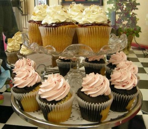 Simply Cupcakes of Marco Island: Neapolitan & Raspberry Cupcakes