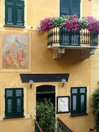 Portofino, Italien: Picturesque House - Backside of Harbor